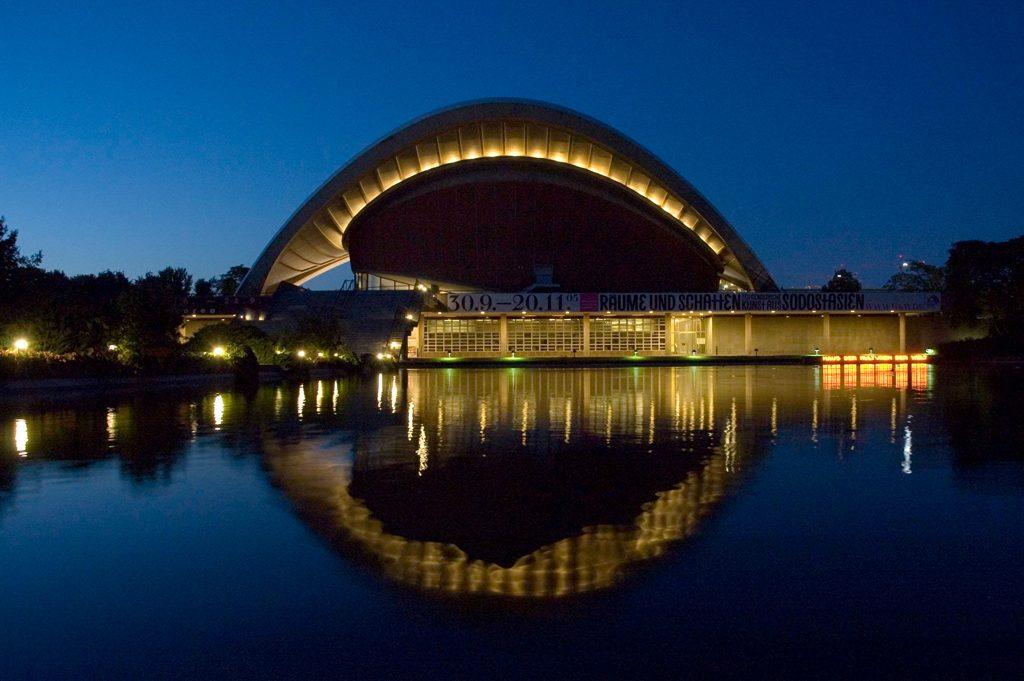 Deutschland, Berlin, Tiergarten, Kongresshalle, Veranstaltungsort, John-Foster-Dulles-Allee, Schwangere Auster, Architektur, Hugh Stubbins, Querformat, Abend, Nachtaufnahme